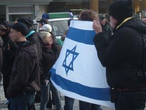 Deutsche mit einer Israelflagge