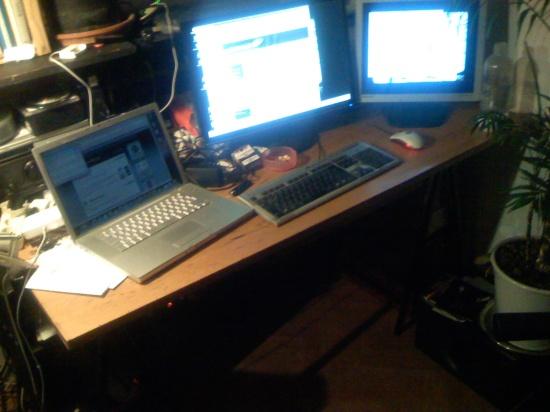 Macbook, PC und irgendwo ist auch noch ein Linux-Denkbrett...