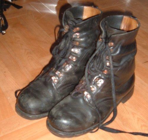 Springerstiefel, redliches Schuhwerk für Rolltreppen