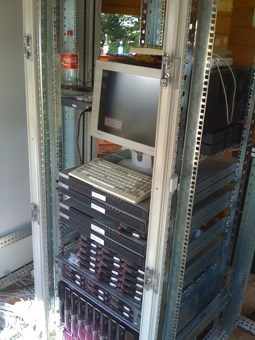 HAR2009: Das erste Rack bei Mononoke ist montiert