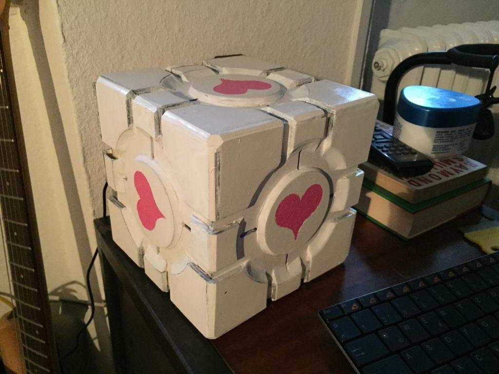 Companioncube, im Wohnzimmer