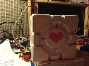 Companion Cube, zartrosa leuchtend