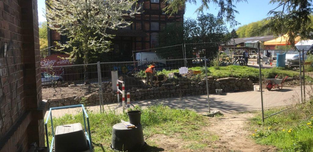 Grünstreifen wird umgegraben, Trockenmauer gesetzt