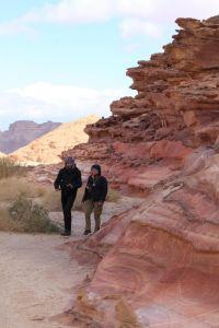 Bunte Felsen und zwei Leute